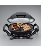 Grill elettrico Weber Q1400 con cibo in cottura