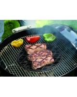 Griglia di rosolatura Gourmet BBQ System Weber con carne in rosolatura
