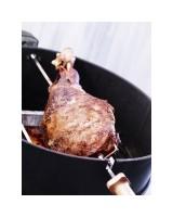 Girarrosto per barbecue Weber a carbone 57 cm con cosciotto in cottura