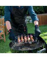 Guanti per barbecue Weber taglia L/XL mentre sollevano il supporto per le costime Weber