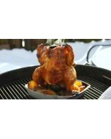 Supporto di cottura deluxe per pollo Weber con pollo e patate in cottura