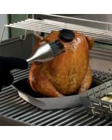 Supporto di cottura deluxe per pollo Weber con pollo seduto alla birra in cottura