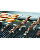 Set di quattro spiedini per sistema di elevazione verticale Weber con carne in cottura
