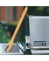 Spazzola grande in legno Weber appoggiata sul grill
